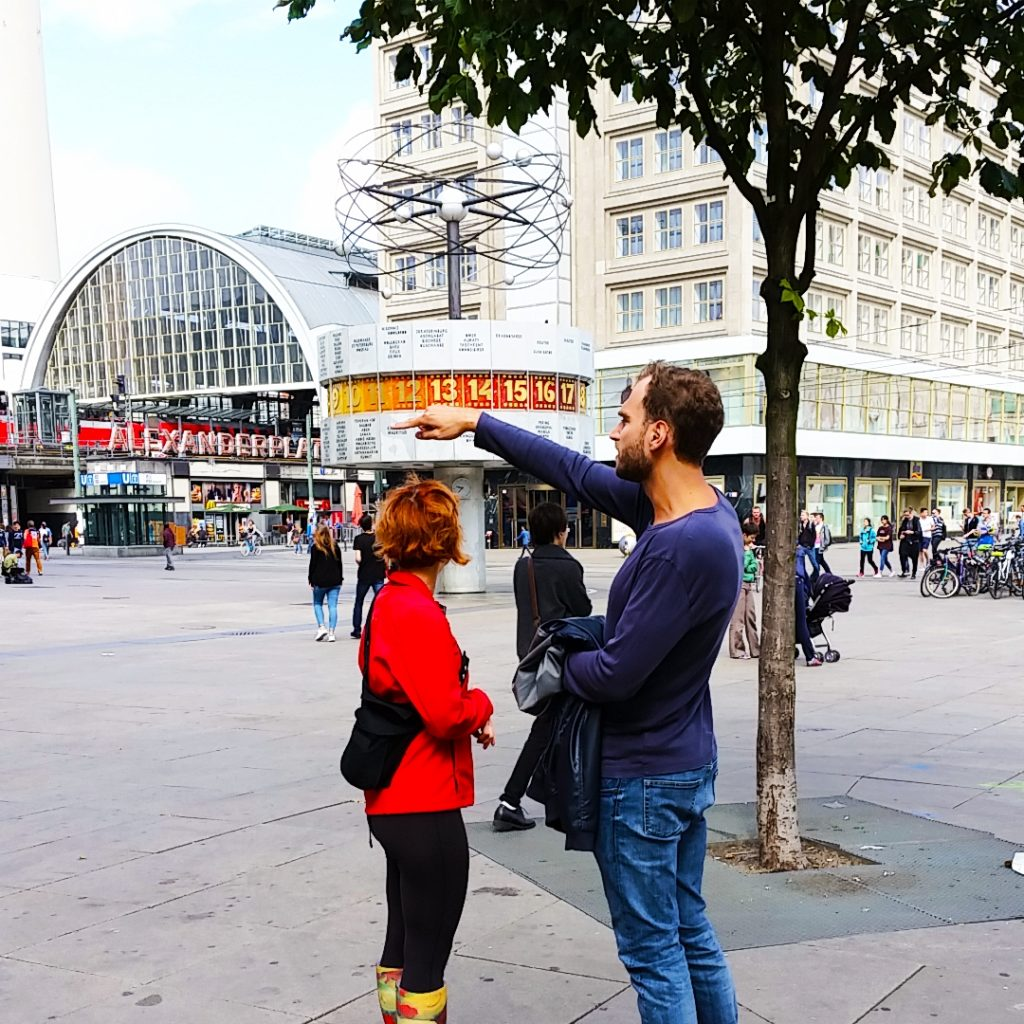 Die Moderatoren beim Locationcheck am Alexanderplatz